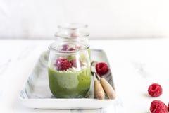 Άσπρο mousse κρέμας σοκολάτας με το matcha, αβοκάντο, φυστίκι, φρέσκα σμέουρα - υγιές vegan γαλακτοκομείο ελεύθερο, γλουτένη ελεύ στοκ εικόνες με δικαίωμα ελεύθερης χρήσης