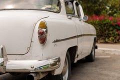 Άσπρο oldtimer στην Κούβα από την πλευρά στοκ εικόνα