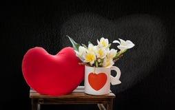 Άσπρο plumeria ή frangipani λουλουδιών στο καλό whi σχεδίων καρδιών Στοκ εικόνα με δικαίωμα ελεύθερης χρήσης