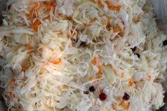 άσπρο sauerkraut λαχανικών από ένα βαρέλι με ένα το βακκίνιο και ένα καρότο ένας στενός επάνω ένα υπόβαθρο στην αγορά υγιή απεικόνιση αποθεμάτων