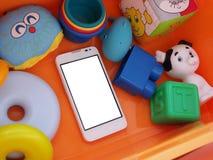 Άσπρο smartphone με μια άσπρη οθόνη Στοκ Φωτογραφίες