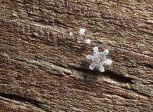 Άσπρο Snowflake στο ξύλινο υπόβαθρο στοκ εικόνες