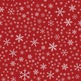 Άσπρο snowflakes άνευ ραφής σχέδιο στο κόκκινο Στοκ εικόνες με δικαίωμα ελεύθερης χρήσης