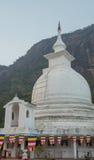 Άσπρο stupa κάτω από την αιχμή του Adam ` s στη Σρι Λάνκα Στοκ Εικόνες