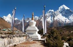Άσπρο stupa, σημαίες προσευχής και Ιμαλάια Στοκ Εικόνα