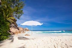 Άσπρο sunshade στοκ φωτογραφίες με δικαίωμα ελεύθερης χρήσης