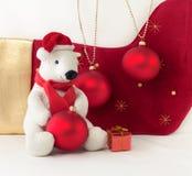 Άσπρο Teddy αντέχει με τα μπιχλιμπίδια Χριστουγέννων Στοκ Εικόνα