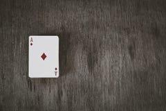 Άσσος των διαμαντιών Κάρτες παιχνιδιού σε ένα ξύλινο υπόβαθρο Υπόβαθρο κινδύνου και παιχνιδιού, περίληψη όμορφες νεολαίες γυναικώ Στοκ Φωτογραφία