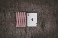 Άσσος των διαμαντιών Κάρτες παιχνιδιού σε ένα ξύλινο υπόβαθρο Υπόβαθρο κινδύνου και παιχνιδιού Στοκ Φωτογραφία