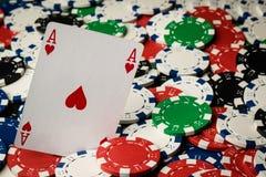 Άσσος των καρδιών και των τσιπ πόκερ στοκ φωτογραφία με δικαίωμα ελεύθερης χρήσης