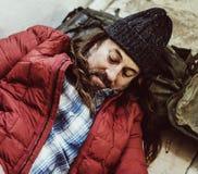 Άστεγα άτομα που κοιμούνται από την οδική πλευρά Στοκ Φωτογραφία