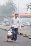 Άστεγοι ηλικιωμένοι καλμένη στην αιθαλομίχλη πόλη, Πεκίνο, Κίνα Στοκ φωτογραφίες με δικαίωμα ελεύθερης χρήσης