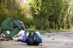 Άστεγοι που αναγκάζονται να φάνε στην απόρριψη Στοκ εικόνα με δικαίωμα ελεύθερης χρήσης