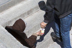 Άστεγοι begger που δίνουν τα χρήματα Στοκ εικόνες με δικαίωμα ελεύθερης χρήσης