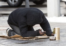 Άστεγοι begger που ικετεύουν Στοκ φωτογραφίες με δικαίωμα ελεύθερης χρήσης