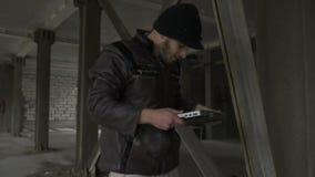 Άστεγοι lap-top στην τσάντα απορριμάτων απόθεμα βίντεο