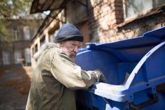 Άστεγος ηληκιωμένος στην αναζήτηση των τροφίμων Στοκ Εικόνα