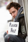 Άστεγος νεαρός άνδρας που ικετεύει στην οδό Στοκ φωτογραφίες με δικαίωμα ελεύθερης χρήσης