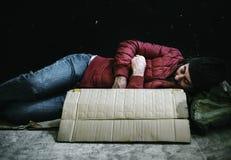 Άστεγος ύπνος ατόμων από την οδική πλευρά Στοκ εικόνες με δικαίωμα ελεύθερης χρήσης