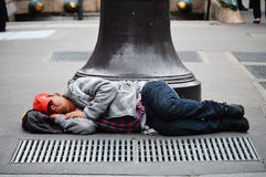 Άστεγος ύπνος ατόμων στην οδό στο Παρίσι Στοκ εικόνα με δικαίωμα ελεύθερης χρήσης