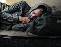 Άστεγος ύπνος γυναικών από την οδική πλευρά Στοκ Εικόνα