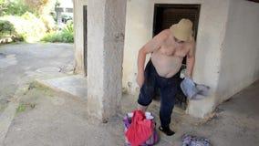 Άστεγο άτομο που φορά μια κόκκινη μπλούζα ελεύθερη απεικόνιση δικαιώματος