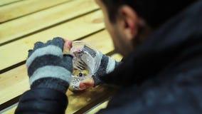 άστεγο καταφύγιο Πεινασμένος φτωχός άνθρωπος που τρώει τη νόστιμη και ορεκτική σαλάτα με το τυρί απόθεμα βίντεο