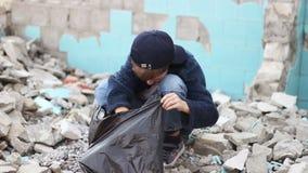 Άστεγο ορφανό αγόρι που ψάχνει τα τρόφιμα απόθεμα βίντεο