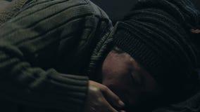 Άστεγο πρόσωπο που βήχει, υφισμένος τη γρίπη ή τη φυματίωση, μεταδοτική ασθένεια απόθεμα βίντεο