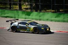 Άστον Martin που συναγωνίζεται V8 την πλεονέκτήν δοκιμή GTE σε Monza Στοκ φωτογραφία με δικαίωμα ελεύθερης χρήσης