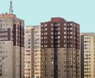 Άσχημοι παλαιοί απρόσωποι ουρανοξύστες σε ένα προάστιο της μεγάλης πόλης στοκ εικόνες με δικαίωμα ελεύθερης χρήσης