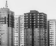 Άσχημοι παλαιοί απρόσωποι ουρανοξύστες σε ένα προάστιο της μεγάλης πόλης στοκ φωτογραφίες