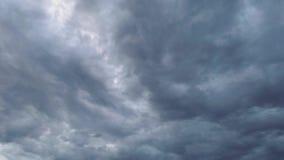 Άσχημος καιρός μετακίνηση των thunderclouds θλιβερός ουρανός απόθεμα βίντεο