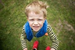 Άτακτο αγόρι που ανατρέχει κλείστε επάνω Στοκ Εικόνα