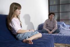 Άτακτο φωνάζοντας κορίτσι και λυπημένος πατέρας Στοκ εικόνες με δικαίωμα ελεύθερης χρήσης