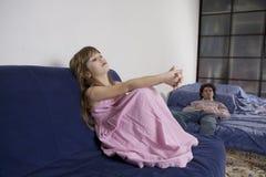 άτακτο φωνάζοντας κορίτσι και λυπημένος πατέρας Στοκ Φωτογραφίες