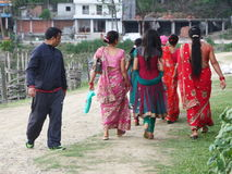 ` Άτομα! ` - ένας άνδρας Nepali ελέγχει έξω τις γυναίκες Nepali που φορούν το παραδοσιακό φόρεμα Στοκ Φωτογραφίες