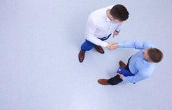άτομα επιχειρησιακών χεριών ανασκόπησης που τινάζουν το λευκό δύο Στοκ Φωτογραφία
