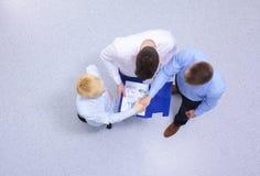 άτομα επιχειρησιακών χεριών ανασκόπησης που τινάζουν το λευκό δύο Στοκ φωτογραφίες με δικαίωμα ελεύθερης χρήσης