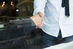 άτομα επιχειρησιακών χεριών ανασκόπησης που τινάζουν το λευκό δύο Στοκ φωτογραφία με δικαίωμα ελεύθερης χρήσης
