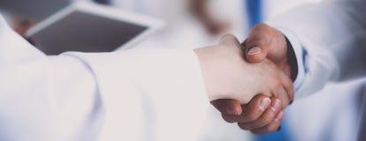 άτομα επιχειρησιακών χεριών ανασκόπησης που τινάζουν το λευκό δύο Στοκ Φωτογραφίες