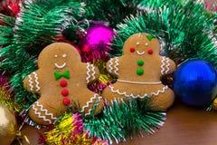 Άτομα μελοψωμάτων με τις σφαίρες και tinsel Χριστουγέννων Στοκ φωτογραφία με δικαίωμα ελεύθερης χρήσης