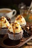 Άτομα μελοψωμάτων cupcakes με την καραμέλα Στοκ Φωτογραφίες