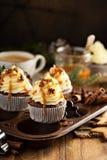 Άτομα μελοψωμάτων cupcakes με την καραμέλα Στοκ Εικόνες