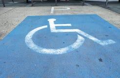 άτομα με ειδικές ανάγκες που σταθμεύουν το σημείο Λογότυπα για τα άτομα με ειδικές ανάγκες στο χώρο στάθμευσης Στοκ Εικόνες