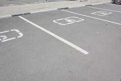 Άτομα με ειδικές ανάγκες που σταθμεύουν το σημάδι στην άσφαλτο τα άτομα με ειδικές ανάγκες υπογράφουν το σημείο χώρων στάθμευσης Στοκ Φωτογραφίες