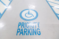 άτομα με ειδικές ανάγκες που σταθμεύουν το σημάδι Χώρος στάθμευσης για τα άτομα με ειδικές ανάγκες, άτομα με ειδικές ανάγκες Στοκ Εικόνες