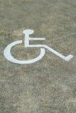 Άτομα με ειδικές ανάγκες σημαδιών ή άτομα με ειδικές ανάγκες, λεπτομέρεια ενός σήματος σε έναν χώρο στάθμευσης Στοκ εικόνα με δικαίωμα ελεύθερης χρήσης