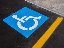 Άτομα με ειδικές ανάγκες σημαδιών, λεπτομέρεια ενός σήματος σε μια υποστήριξη χώρων στάθμευσης Στοκ εικόνα με δικαίωμα ελεύθερης χρήσης