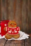 Άτομα μελοψωμάτων Χριστουγέννων στο ξύλινο υπόβαθρο Στοκ φωτογραφίες με δικαίωμα ελεύθερης χρήσης